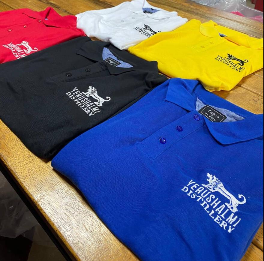 רקמה על חולצות פולו במגוון צבעים