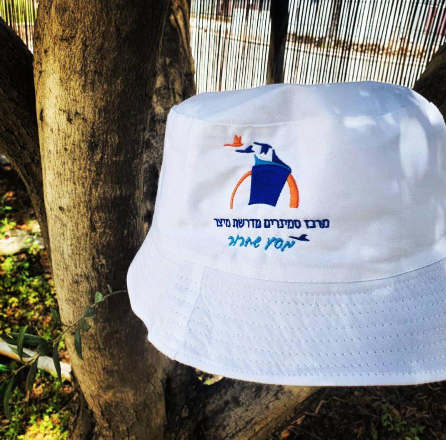 רקמה צבעונית על כובע פטרייה